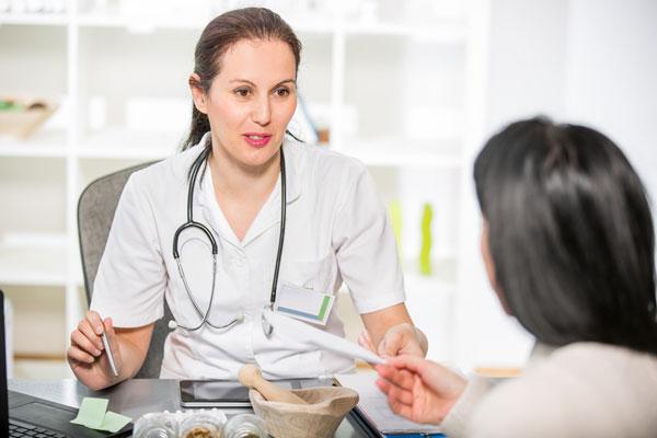 در مورد داشتن ترشحات تیره به پزشک زنان مراجعه نمایید